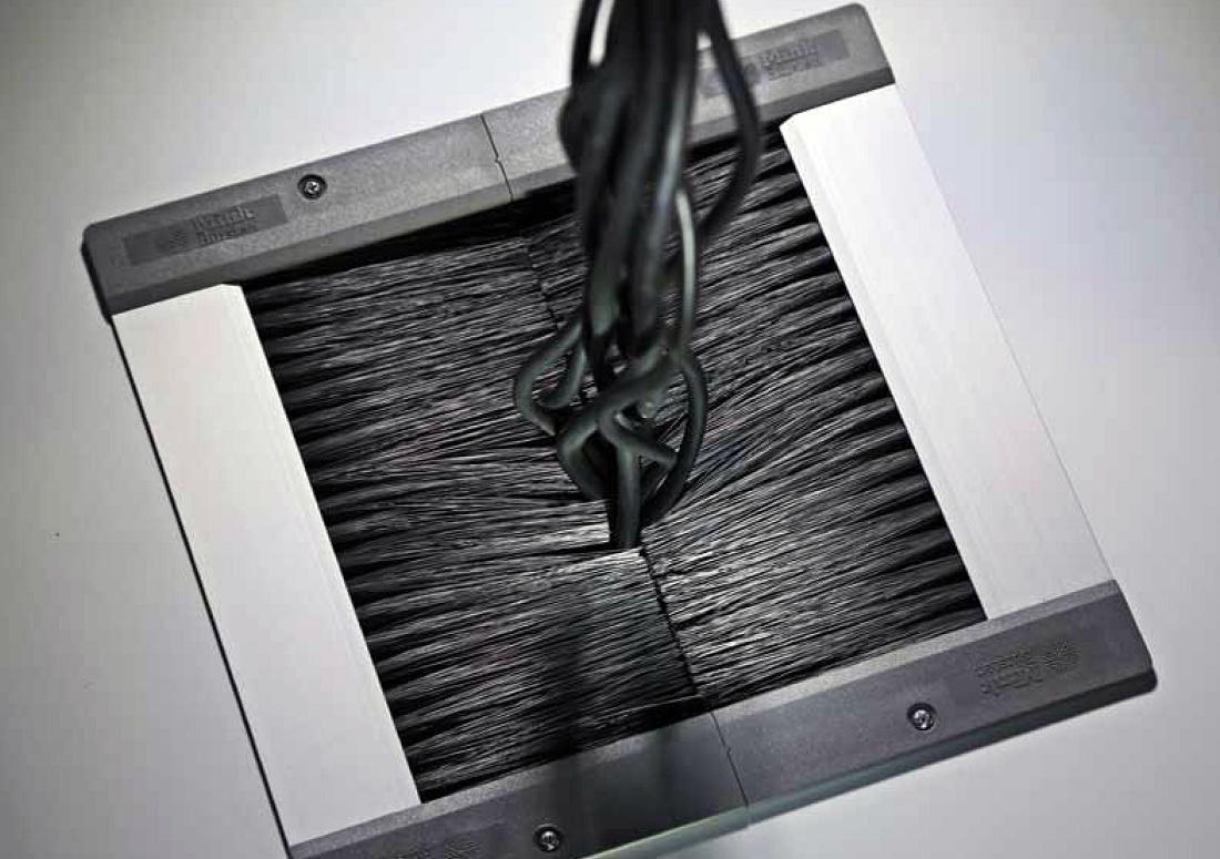 Foto de Cepillos para el paso de cables