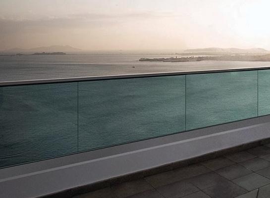 Foto de Herrajes para barandillas de vidrio