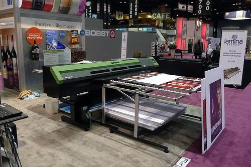 Foto de Plotter de impresión en plano y bobina con tinta UVI