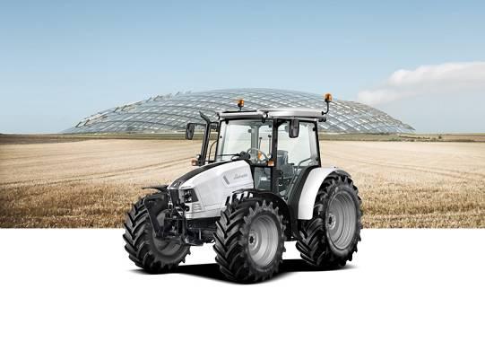 Foto de Tractores eficaces en campo abierto, granja o carretera
