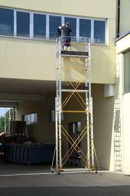 Foto de Escaleras portátiles que se transforma en un andamio móvil