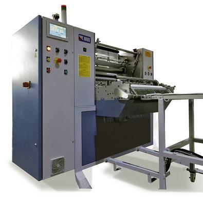 Foto de Máquina cortadora y dobladora para la producción de compresas