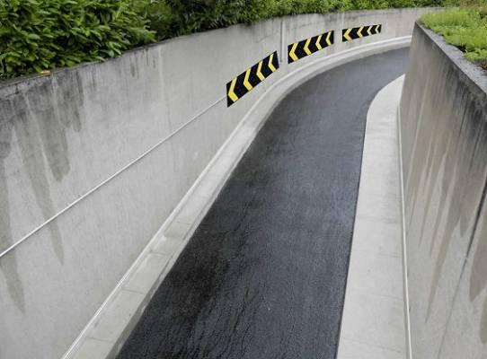 Foto de Protección de pared en curva con señalización direccional