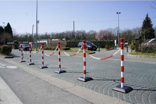 Foto de Postes de señalización y restricción de paso con cadenas