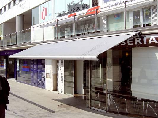 Toldos para terrazas de hosteler a novelty goliath y cofre for Toldos verticales para terrazas