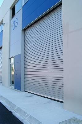 Foto de Puertas seccionales de aluminio