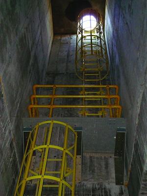 Foto de Escaleras con jaula de seguridad