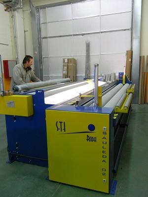 Foto de Medidora, bobinadora y cortadora de tejido y lonas al detalle