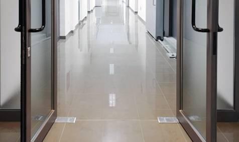 Foto de Cierrapuertas de pavimento compacto