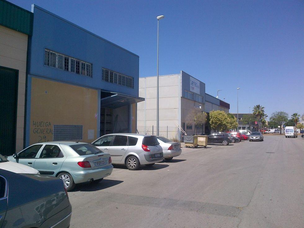 Fotografía de Nave en calle principal con luz agua y oficinas