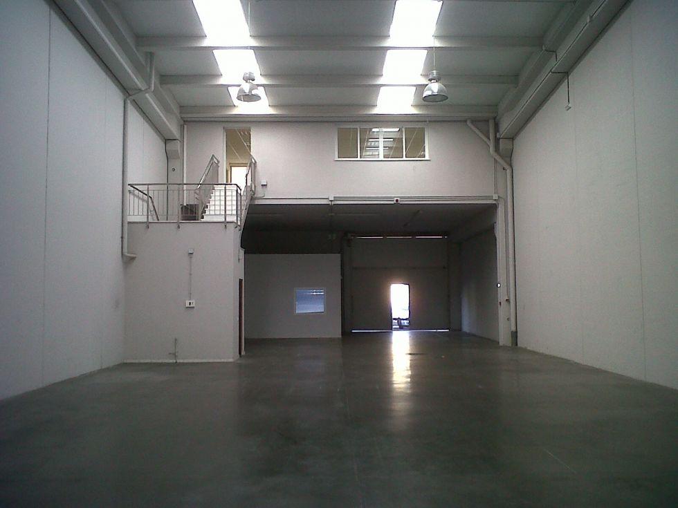 Fotografía de Nave representativa con oficinas acondicionadas