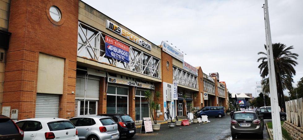 Fotografía de nave comercial propia tienda exposición en fachada carretera