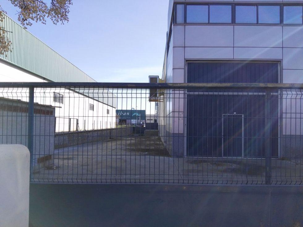 Fotografía de con muelle de carga oficinas y aparcamiento propio