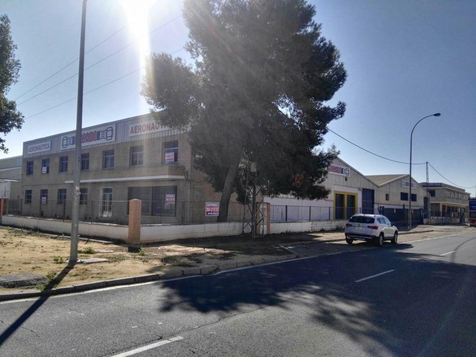 Fotografía de Nave en calle principal con edificio de oficinas independiente