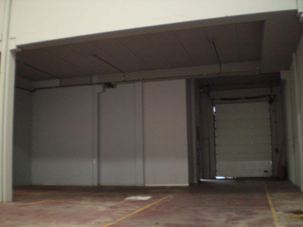 Fotografía de Nave Representativa con edificio de oficinas y aparcamiento propio