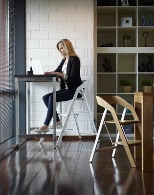 foto de escalera silla de madera